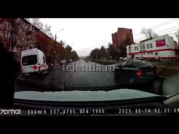 Авария с участием скорой помощи на улице Металлургов в Туле попала на запись регистратора. ДТП... Тула