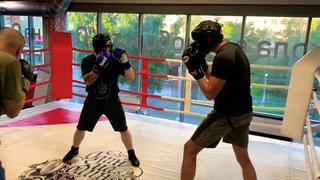Жесткая работа боксеров в спарринге передней рукой. Работа с тренером на лапах.