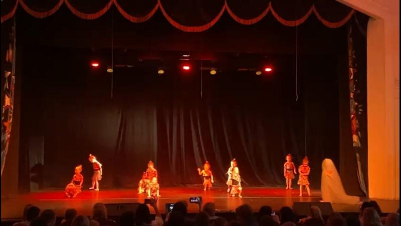 Майя танцует