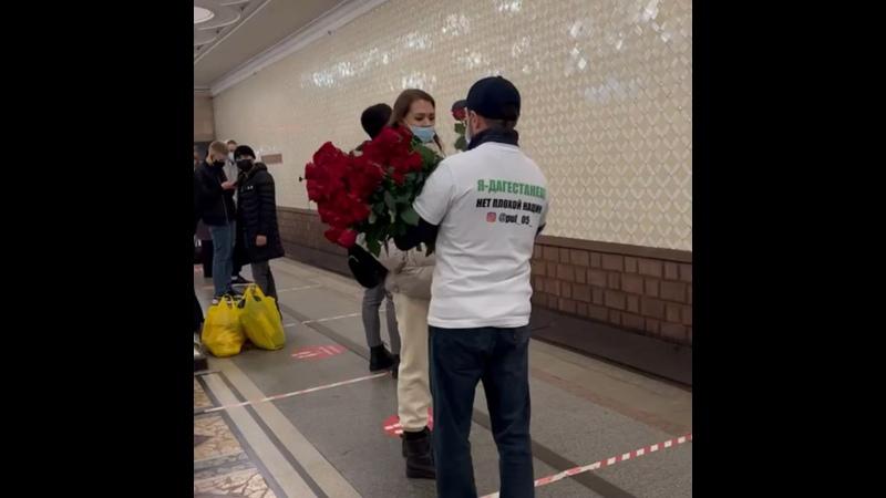 Парень в белой футболке с надписью Я дагестанец Нет плохой нации сегодня дарил девушкам в метро цветы и шоколадки