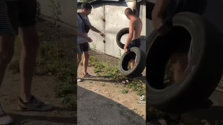 В шинах с мусорки вырезает протектор и продает